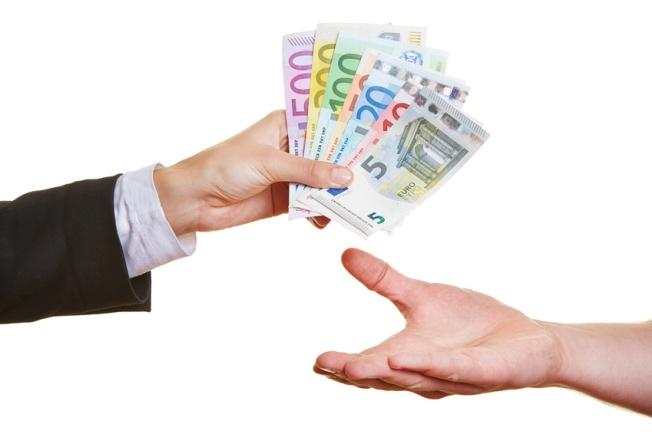 Hände halten viele verschiedene Euro-Geldscheine