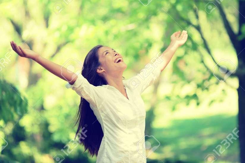 36864398-La-libertad-mujer-feliz-sentirse-vivo-y-libre-en-la-naturaleza-respirando-aire-limpio-y-fresco-Despr-Foto-de-archivo