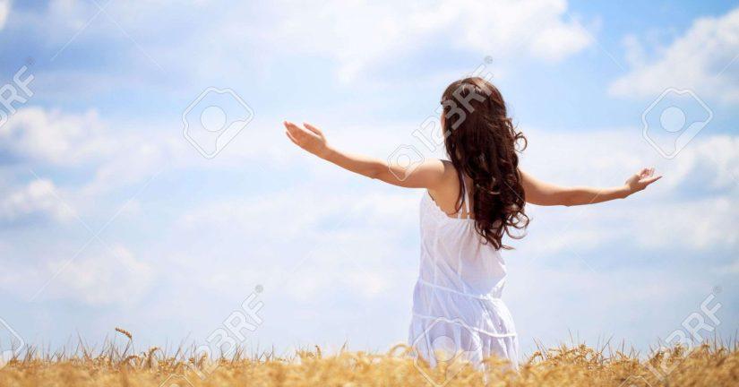 cropped-15074981-mujer-en-campo-de-trigo-disfrutando-concepto-libertad-foto-de-archivo.jpg